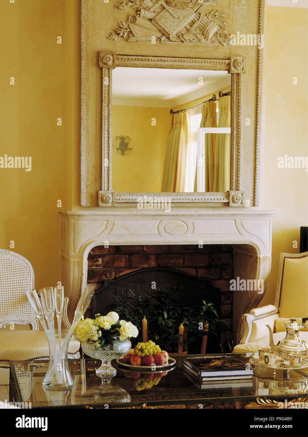 Ornato specchio sopra caminetto in marmo giallo in costiera francese ...