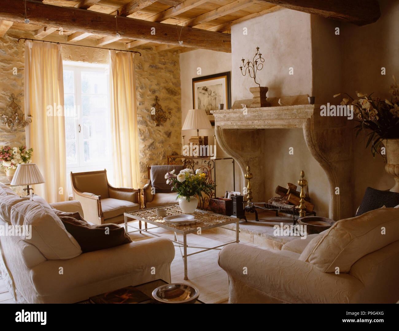 Ruvide pareti in pietra e il grande camino in pietra in stile provenzale la sala di soggiorno - Parete salotto in pietra ...