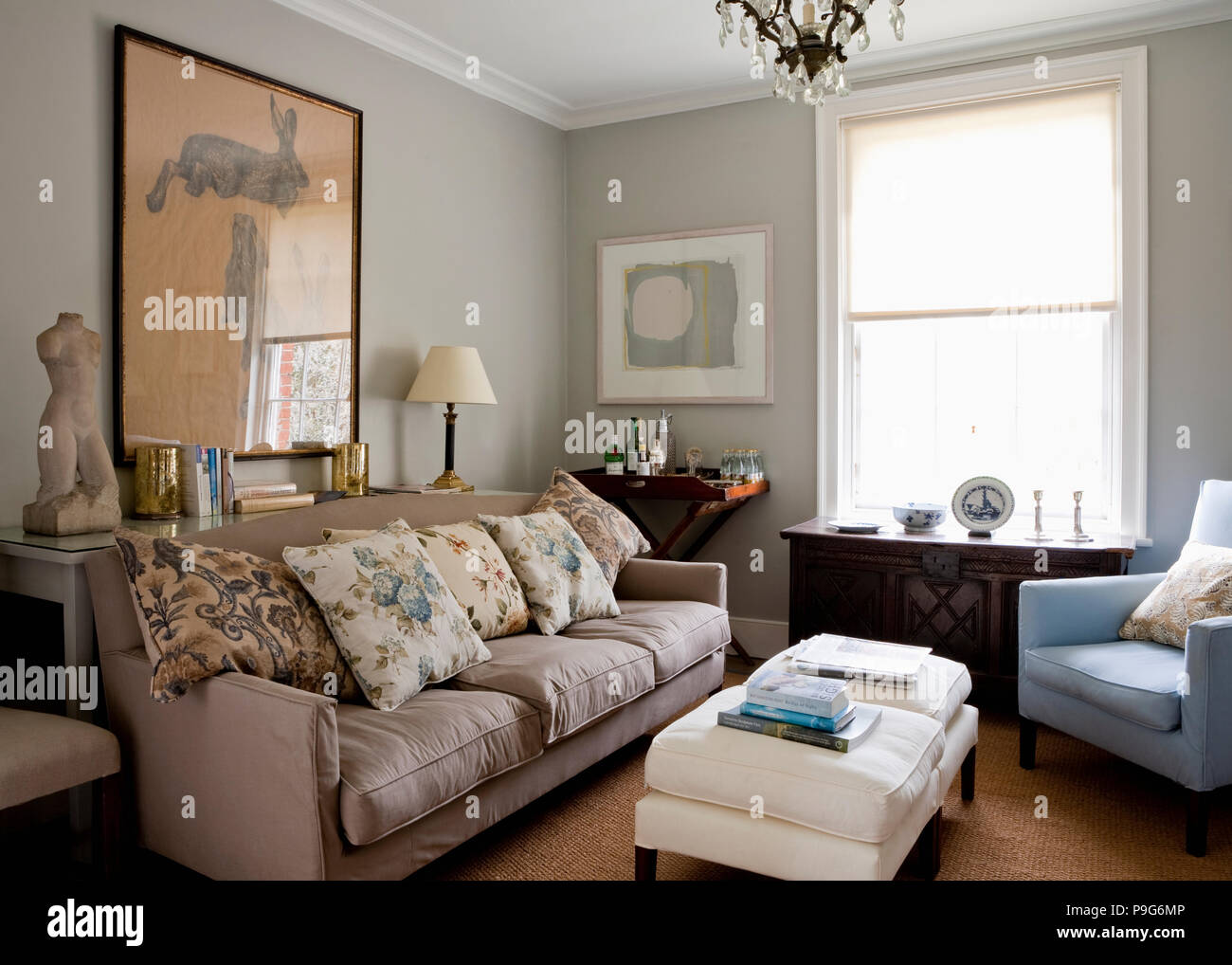 Biancheria floreale cuscini sui divani beige in grigio chiaro