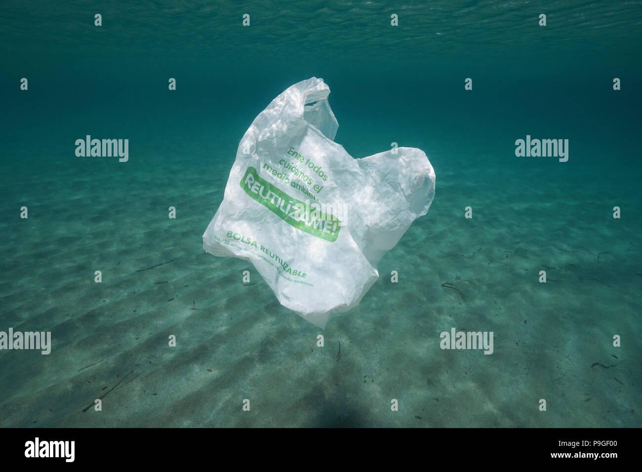 Inquinamento di plastica subacquea, una busta di plastica riutilizzabile alla deriva nel mare Mediterraneo, Almeria, Andalusia, Spagna Immagini Stock