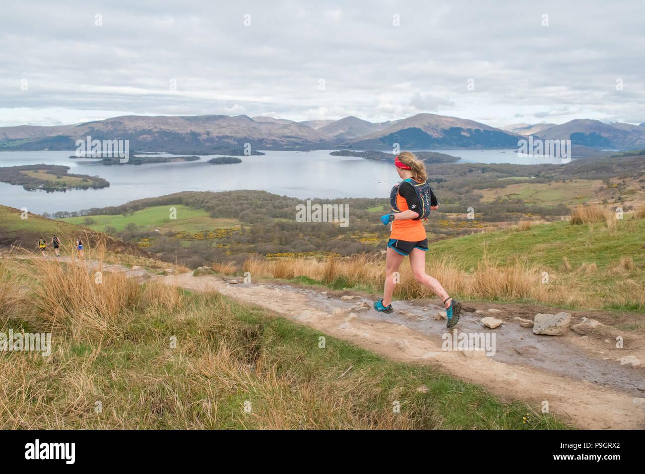 Sentiero discendente runner off collina conica a Loch Lomond e il Trossachs National Park in Highland Fling Festival 53 miglio ultra-trail Marathon 2018 Immagini Stock