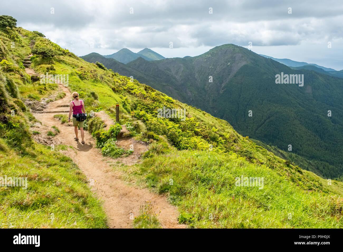 Il camminatore femmina sulle pendici del Pico da Vara, il punto più alto di Sao Miguel, Azzorre Foto Stock