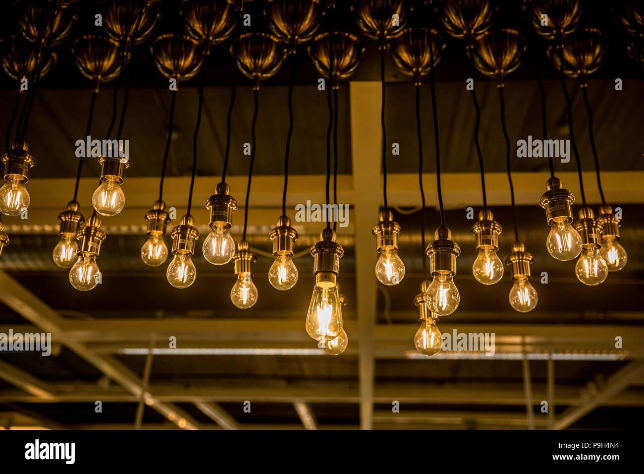 Lampade A Led Da Soffitto Ikea : Lampadine a led su cavi lunghi consegna dal soffitto nel negozio