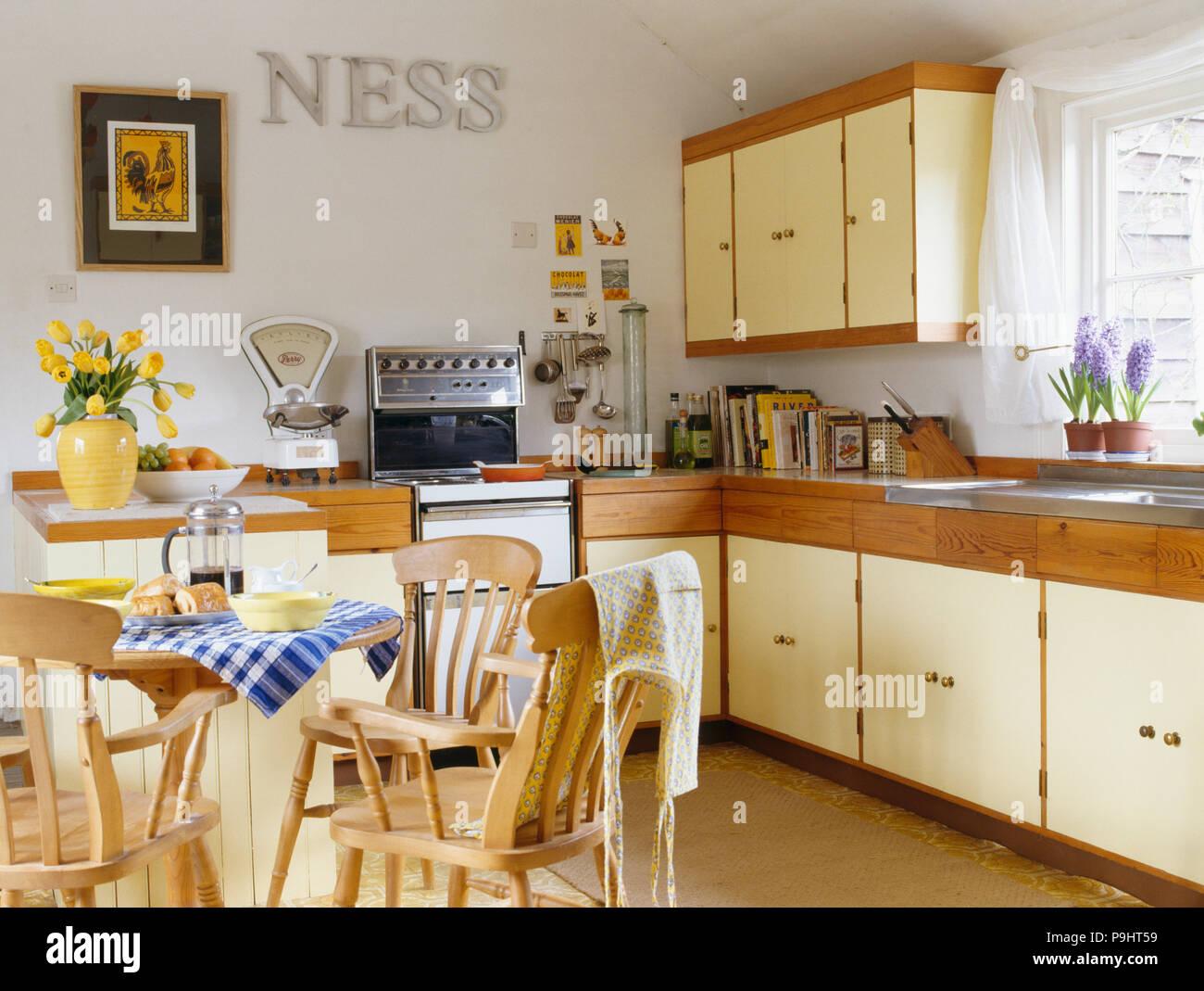 Sedie In Metallo Per Cucina : Pine sedie e tavolo in cucina di paese con lettere di metallo