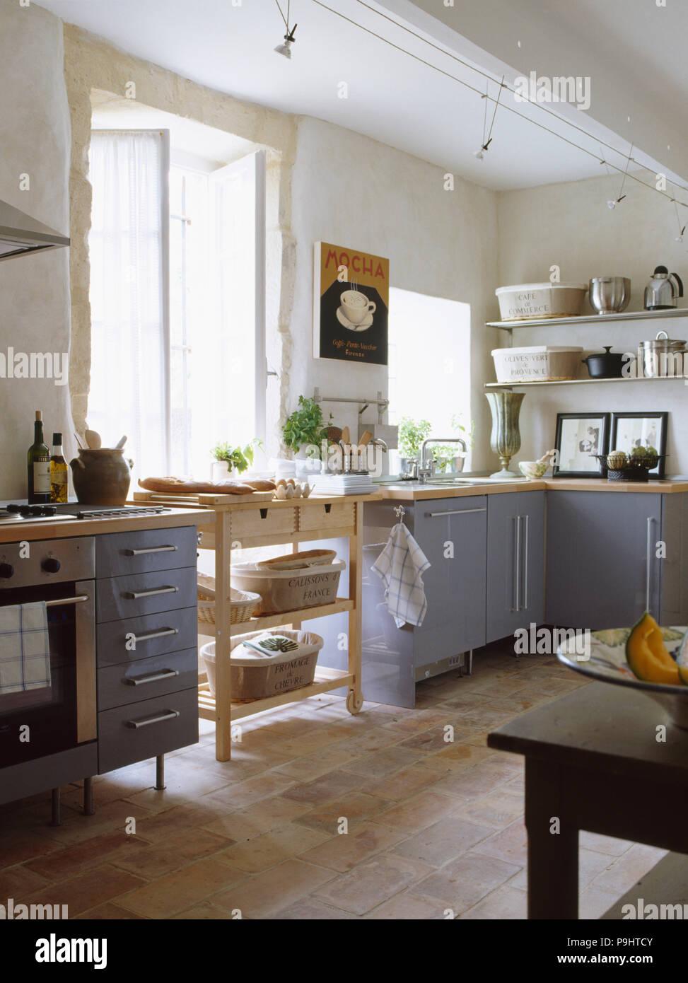 Pavimento in piastrelle di terracotta in bianca e moderna cucina ...