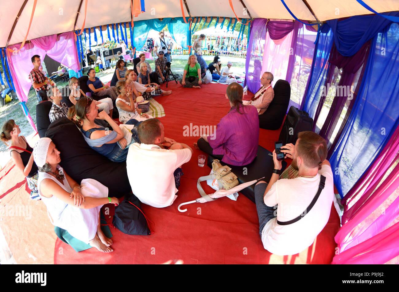 """Il Guru predicazione durante il festival di Yoga e cultura vedica """"Vedalife-2017, Isola"""". Il 7 agosto 2017. A Kiev, Ucraina Immagini Stock"""