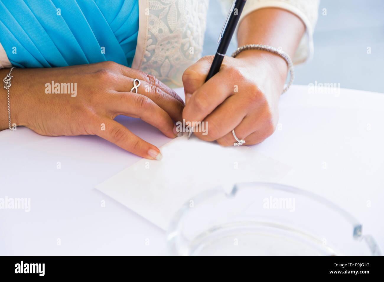La cerimonia nuziale. Ragazza segni il certificato di matrimonio Immagini Stock