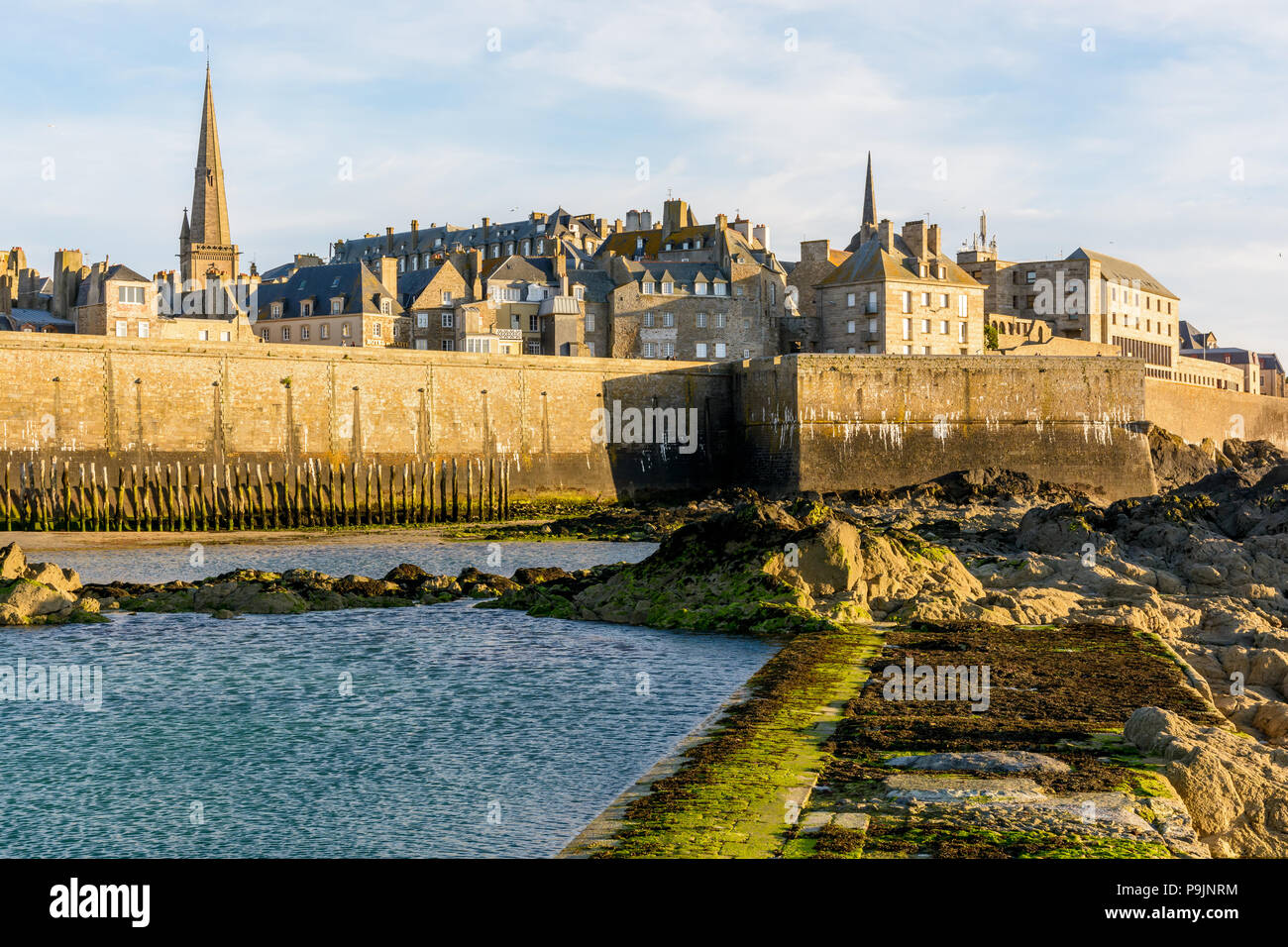 La città fortificata di Saint Malo, Francia, al tramonto con il ...