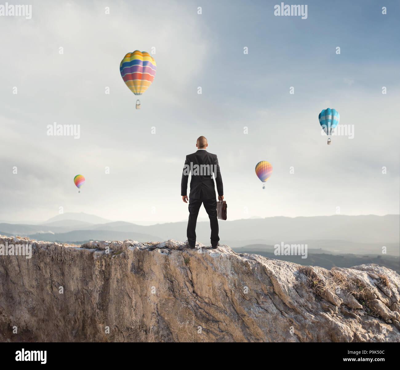 Imprenditore guarda lontano per il futuro del business Immagini Stock