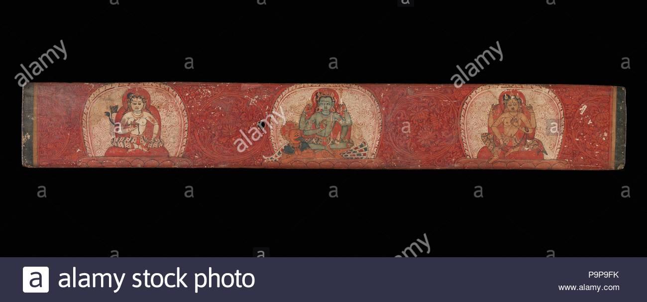 Manoscritto del coperchio con Vishnu affiancato da Lakshmi e Sarasvati, del secolo XIV, Nepal (valle di Kathmandu), tempera su legno, complessivo: 1 7/8 x 13 1/16 in. (4,7 x 33,2 cm), dipinti, questo coperchio mostra permanente di quattro-armati Vishnu montato su Garuda, la sua metà uomo e metà uccello-veicolo. Vishnu è fiancheggiata sulla destra da sua moglie Lakshmi, la dea della ricchezza e prosperità e sulla sinistra di Sarasvati, la dea di apprendimento e di sapienza, che a volte appare come Vishnu la consorte. Immagini Stock