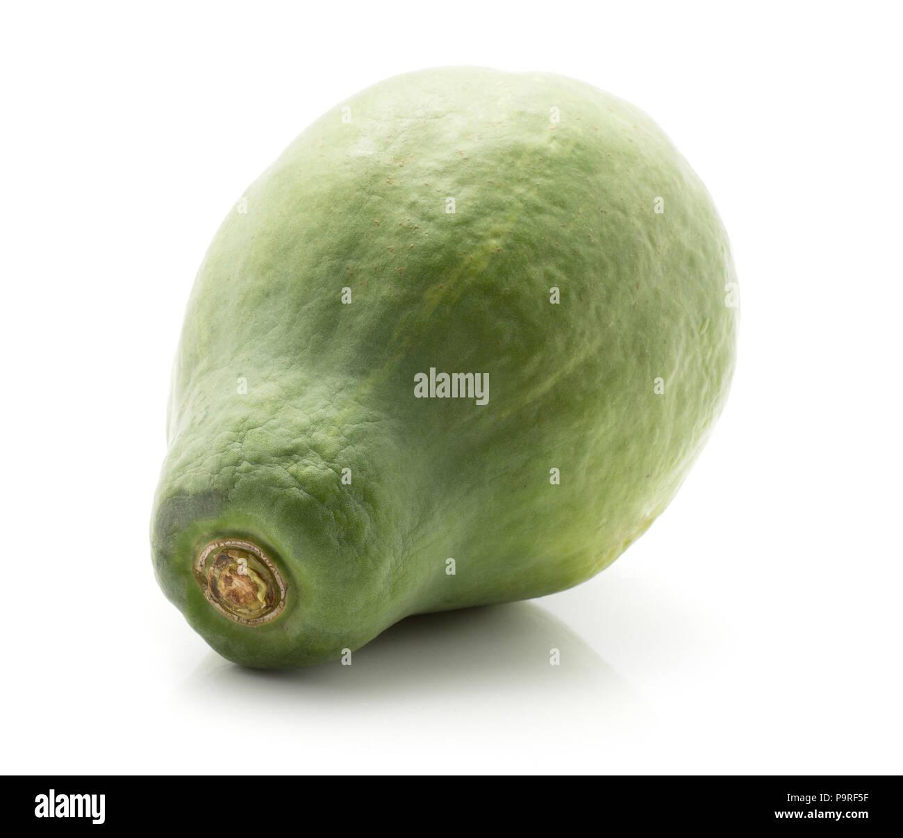 Una papaia verde (papaia papaw) isolato su sfondo bianco Foto Stock