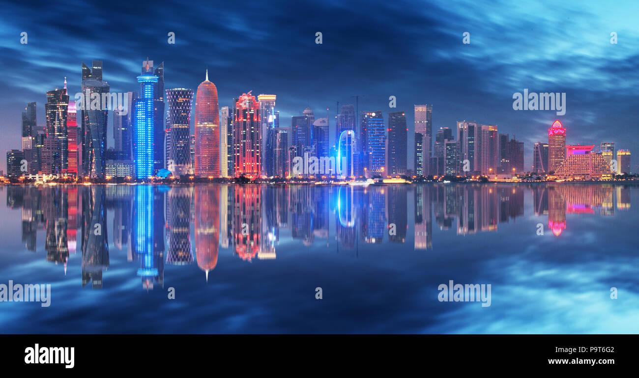 Skyline di Doha, Qatar durante la notte Immagini Stock