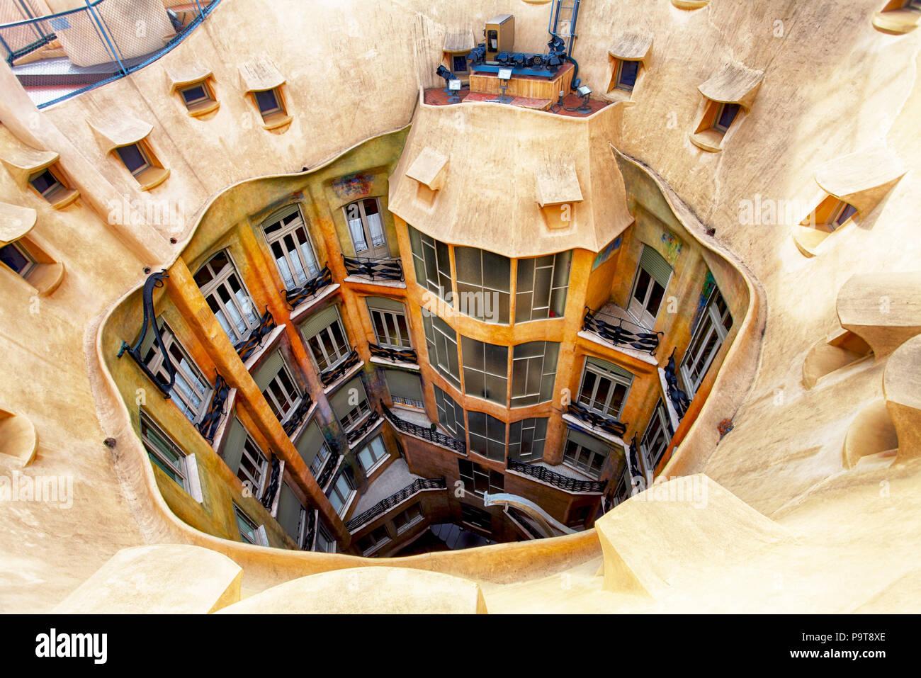 Barcellona, Spagna - 9 febbraio 2016: Primo Piano della Casa Mila (La Pedrera a Barcellona, in Catalogna. La casa fu costruita nel 1905 a 1910 dall'architetto Catalano un Immagini Stock