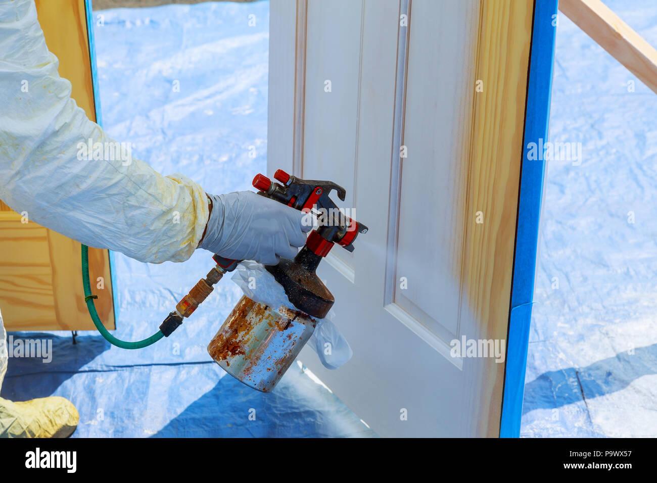 Come Sistemare Una Porta In Legno lavoratore con aerografo verniciatura house riparare la