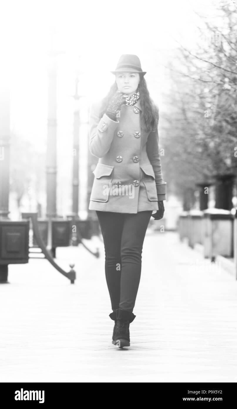 b80dbe6926d4 Bella ragazza camminare per la strada in un elegante rivestimento e ...