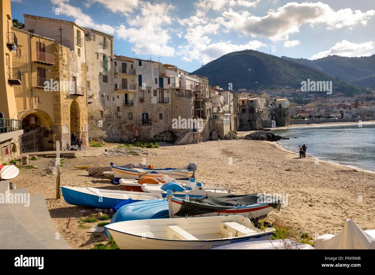 Sicilia - spiaggia medievale con case di pescatori sul lungomare nella città di Cefalu, Sicilia Immagini Stock