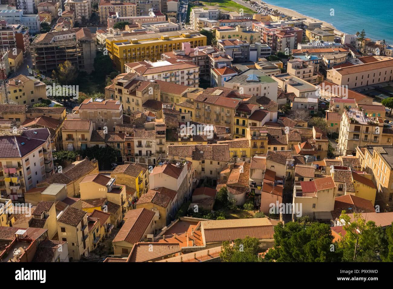 Vista aerea dell'architettura della fitta pranzo città di Cefalù, Sicilia, Italia, Europa Immagini Stock