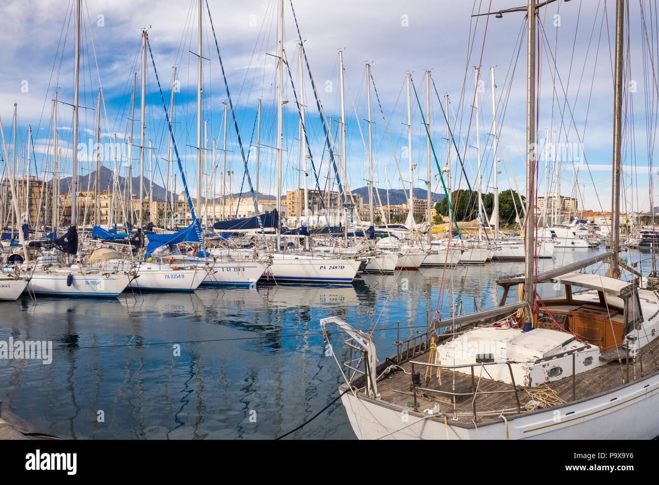 Barche e yacht al porto di Palermo in Sicilia, Italia, Europa Immagini Stock