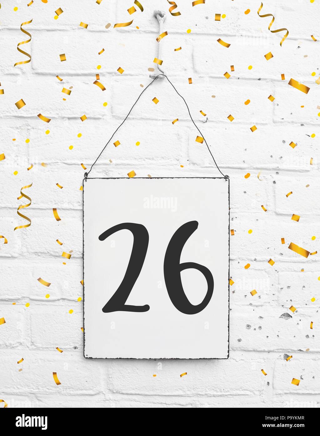 Ventisei 26 anni compleanno congratulazioni testo con golden coriandoli Immagini Stock