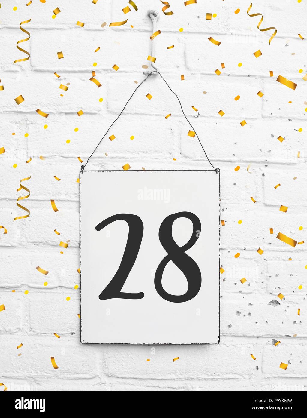 Ventotto 28 anni compleanno congratulazioni testo con golden coriandoli Immagini Stock
