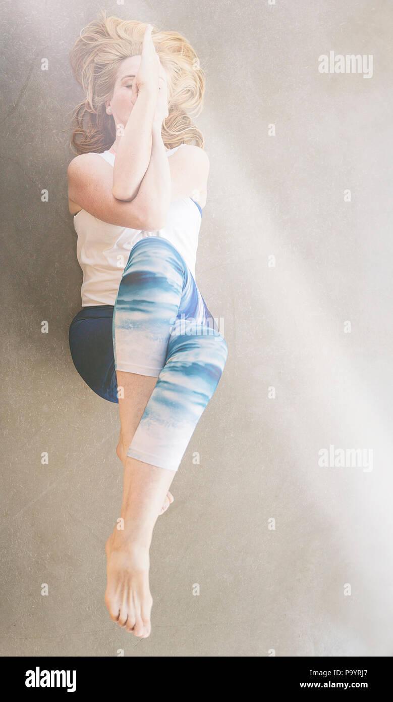 La pratica dello yoga Immagini Stock