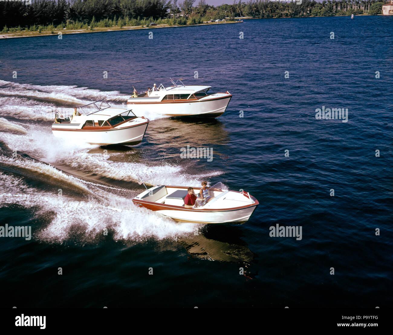 Anni Cinquanta anni sessanta tre vintage piccolo scafo in legno entrobordo barche POWER RACING SU ACQUA - KB5956 SCH002 HARS GETAWAY CONTEST EMOZIONE RICREAZIONE TRIO barca a motore vacanze concorrenti motion blur vincitori ricreazione nautica mobilità nautica Barche a motore riuscire azioni concorrente entrobordo CONCORRENTI FL HULL motoscafo vacanze competere in vecchio stile Immagini Stock