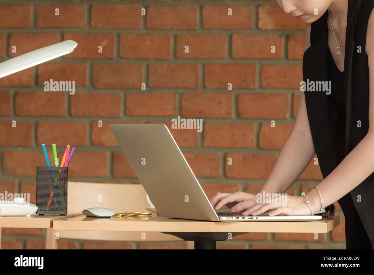 Tavolo Di Ufficio : Business ragazza che lavora in ufficio con computer portatile sul