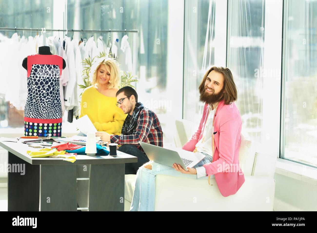 Fashion designer che lavora su un computer portatile in un ufficio creativo Foto Stock