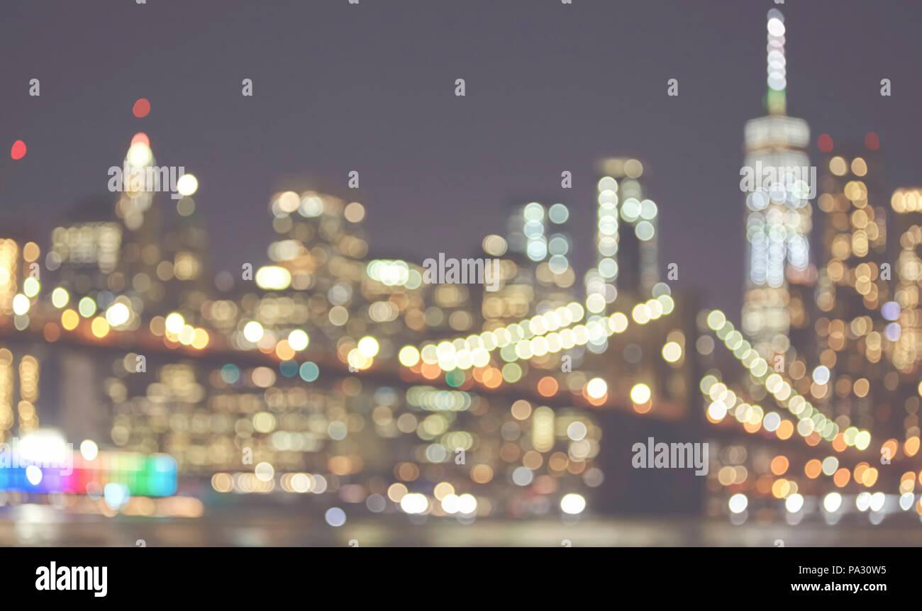 Foto sfocata di New York skyline della città di notte, dai toni di ...