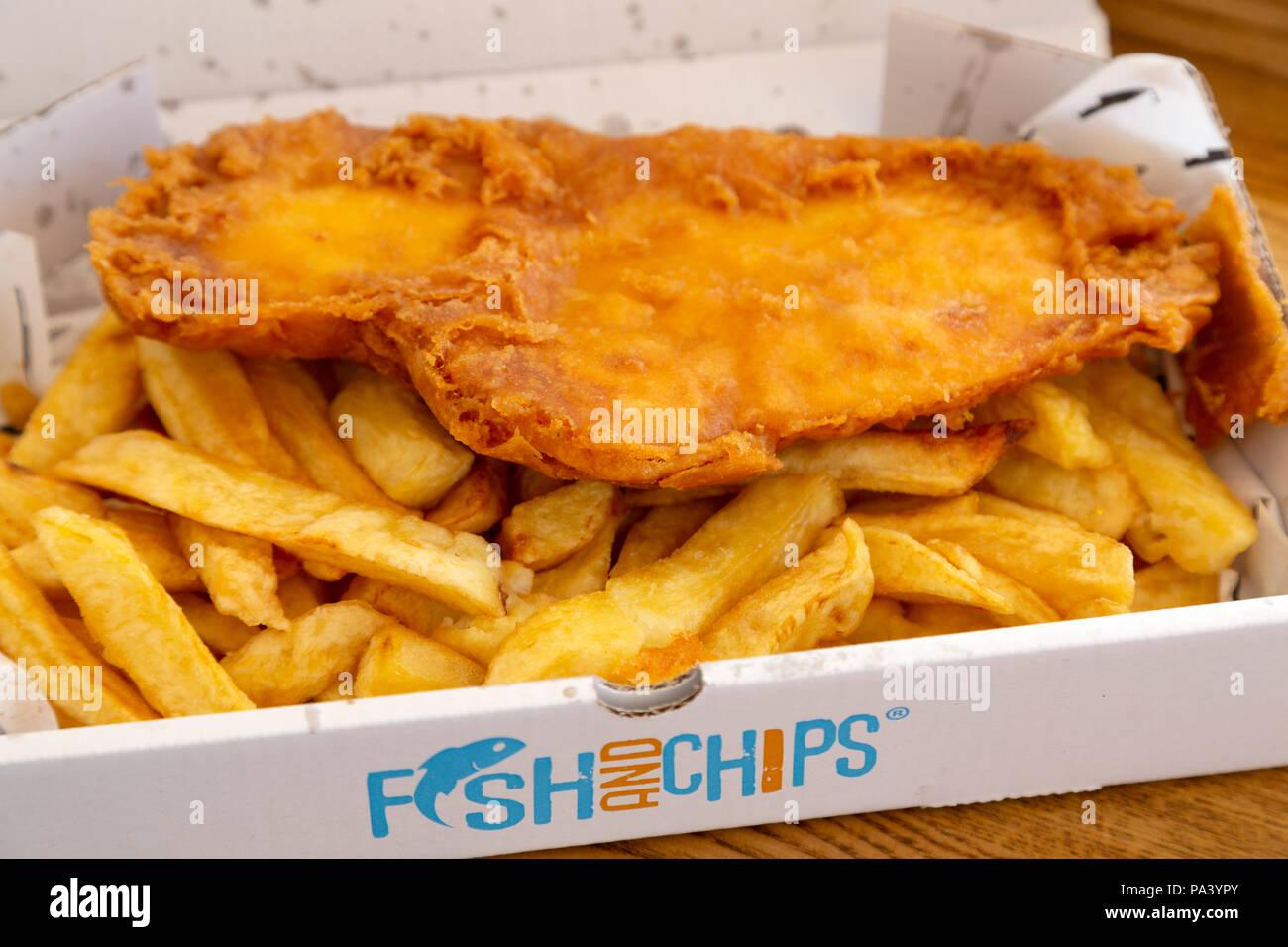 Pesce e Patatine serviti a Tynemouth in Inghilterra. Il piatto è un tradizionale pasto britannico. Immagini Stock