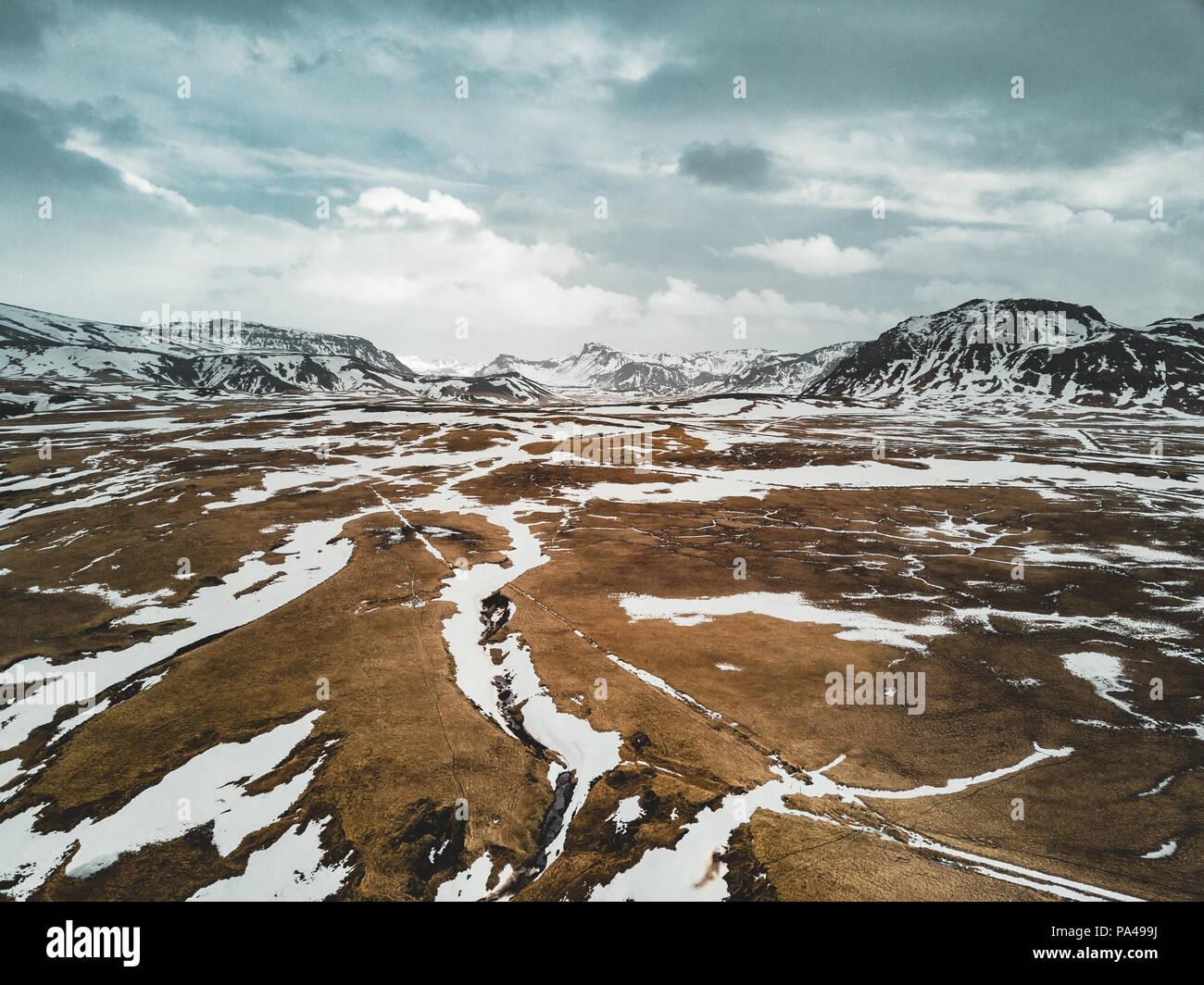 Islanda vista aerea paesaggio con neve e nuvole, street e il giallo e il verde del prato Immagini Stock