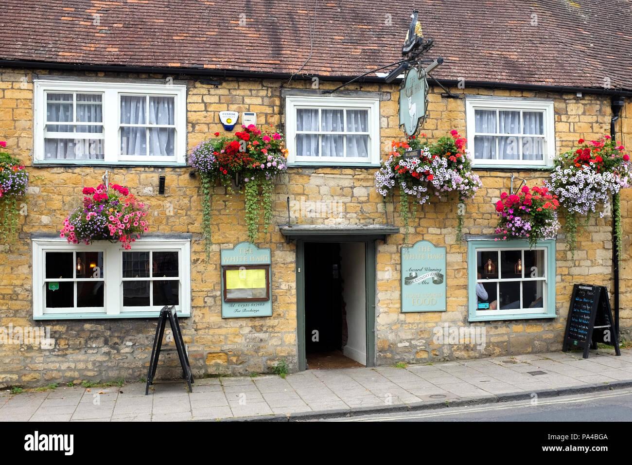 Il White Hart pub sulla strada a buon mercato a Sherborne, Dorset, Inghilterra. Immagini Stock