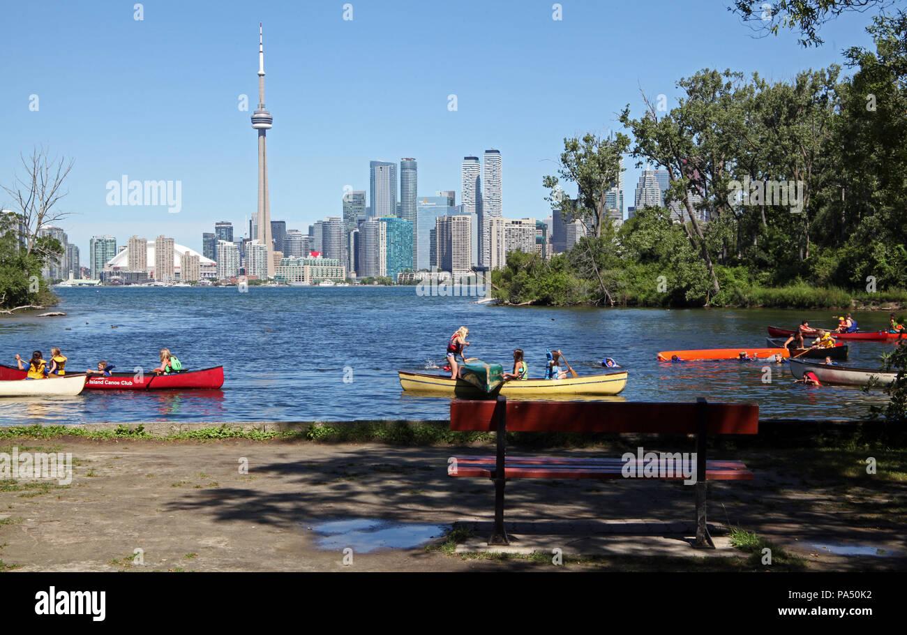 I bambini in canoa sul Toronto Islands con il Toronto skyline della città in background, Canada Immagini Stock