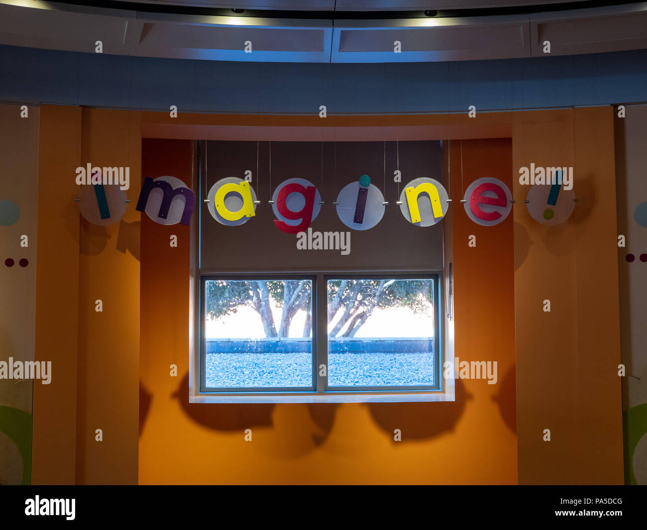 Stanza Dei Giochi Bambini : Immaginate di segno appeso nei giovani di stanza dei giochi per
