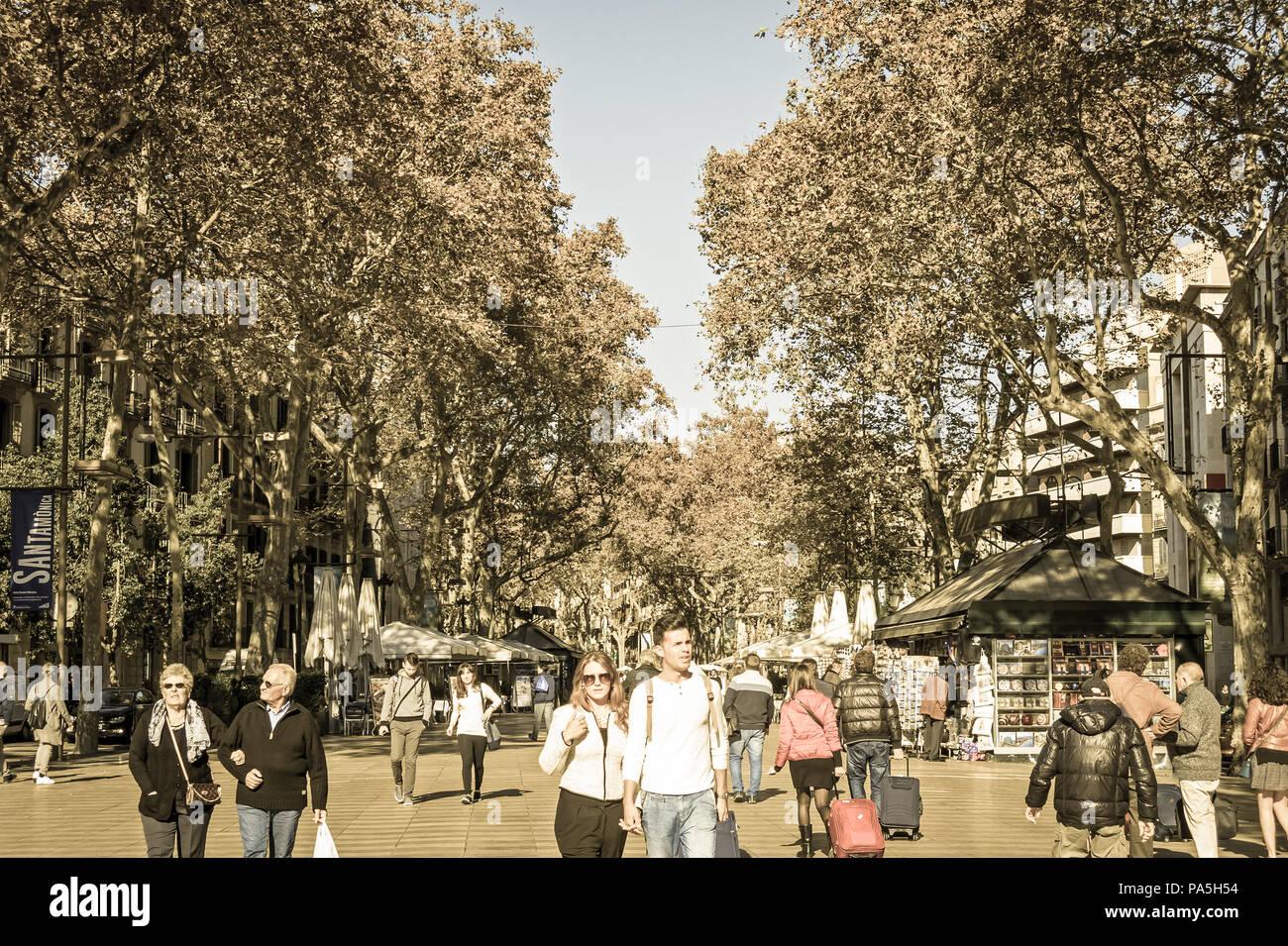 Le famose Ramblas con pochi turisti il 15 novembre 2016. La Ramblas è la più famosa città di Barcelona, Spagna. vintage e yesterye Immagini Stock
