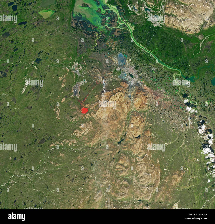 La NASA immagine satellitare di inquinamento industriale e danni paesaggistici a Norilsk, Russia rosso stagno di recupero visibile e marrone terra cicatriziale 12 Luglio 2017 Immagini Stock