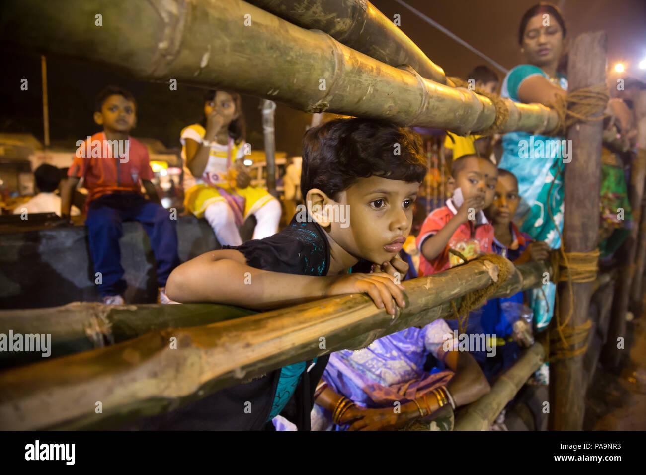 La gente e la folla durante la Durga puja celebrazione in Kolkata, India Foto Stock