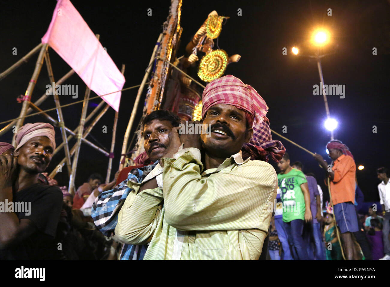 Gli uomini portano Durga statua (pandal) per immersione nel Fiume Hooghly durante la Durga puja celebrazione in Kolkata, India Foto Stock