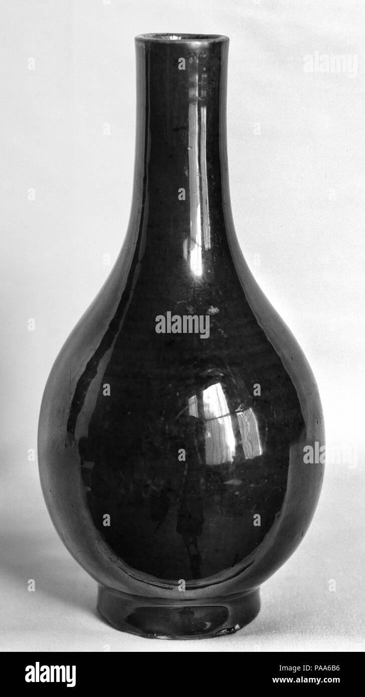 Bottiglia. Cultura: la Cina. Dimensioni: H. 6. (15,2 cm). Museo: Metropolitan Museum of Art di New York, Stati Uniti d'America. Immagini Stock