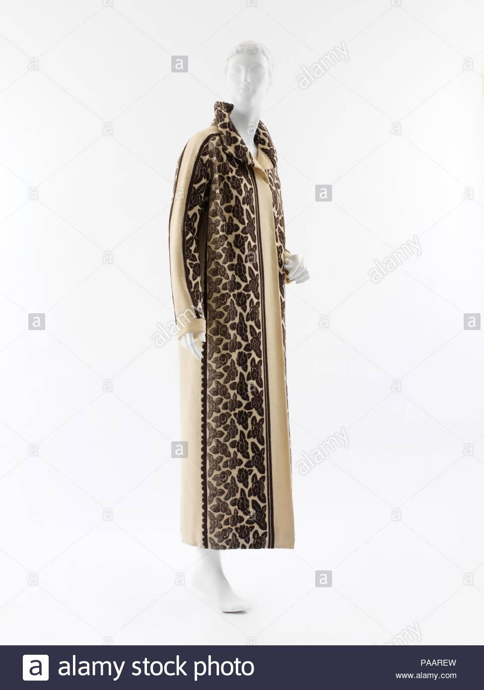 Cappotto. Cultura: francese. Progettista: Paul Poiret (francese, Parigi Parigi 1879-1944). Data: 1923. Una complessa strutturazione di due diversi ma correlati tessili sottolinea le linee dritte di questo cappotto. Poiret la firma di rose è tessuto in due ampie, debolmente ombré lunghezze in esecuzione preceduta da strette strisce di impareggiabile. Il disegno effettivo di questo tessuto è evidenziato solo dalla incorporazione di i confini esterni del modello per formare il vestito di manicotti. Un altro tessuto, di affrontare smerlata strisce, è inserito in corrispondenza di entrambi i lati del rivestimento. La banda stretta bracciali sono nella stessa pianura, vagamente w Immagini Stock