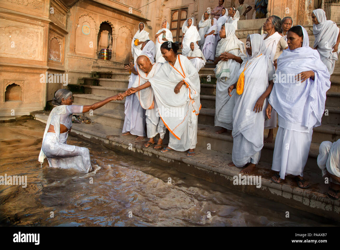 Indiano vedove indù sulle rive del fiume Yamuna in Vrindavan , India Foto Stock