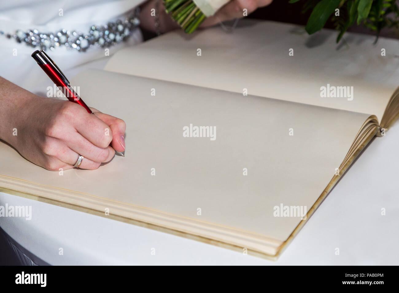 La cerimonia nuziale. Sposa segni segni nel libro di registrazione Immagini Stock