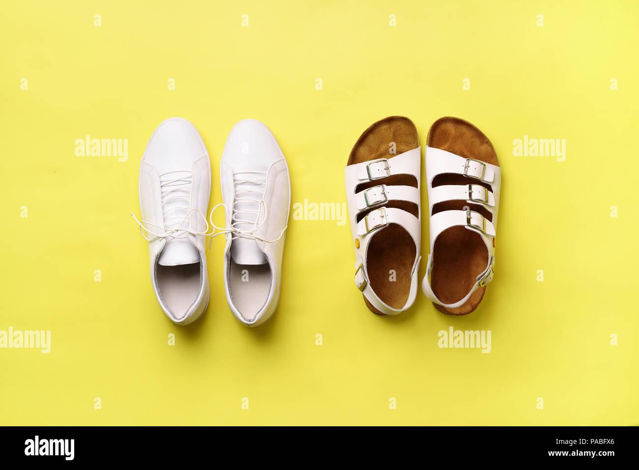 e28b3368d1f64 Estate scarpe da donna - sandali Birkenstock () e cuoio sneakers su sfondo  giallo con copia spazio. Vista dall alto. Piatto Minamil laici.