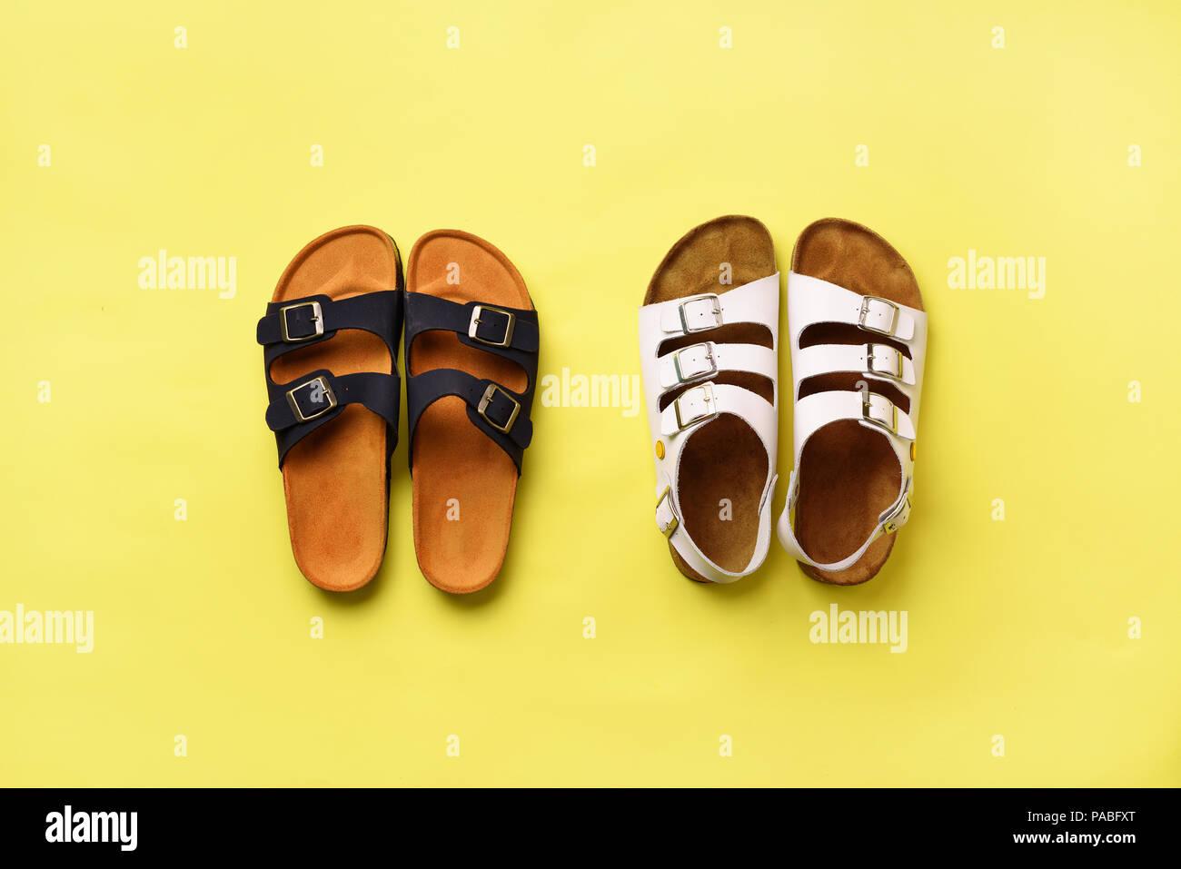 47247c03727f4 Estate scarpe da donna - sandali Birkenstock () e pantofole su sfondo giallo  con copia spazio. Vista dall alto. Minima laici piana. Concetto di  selezione.
