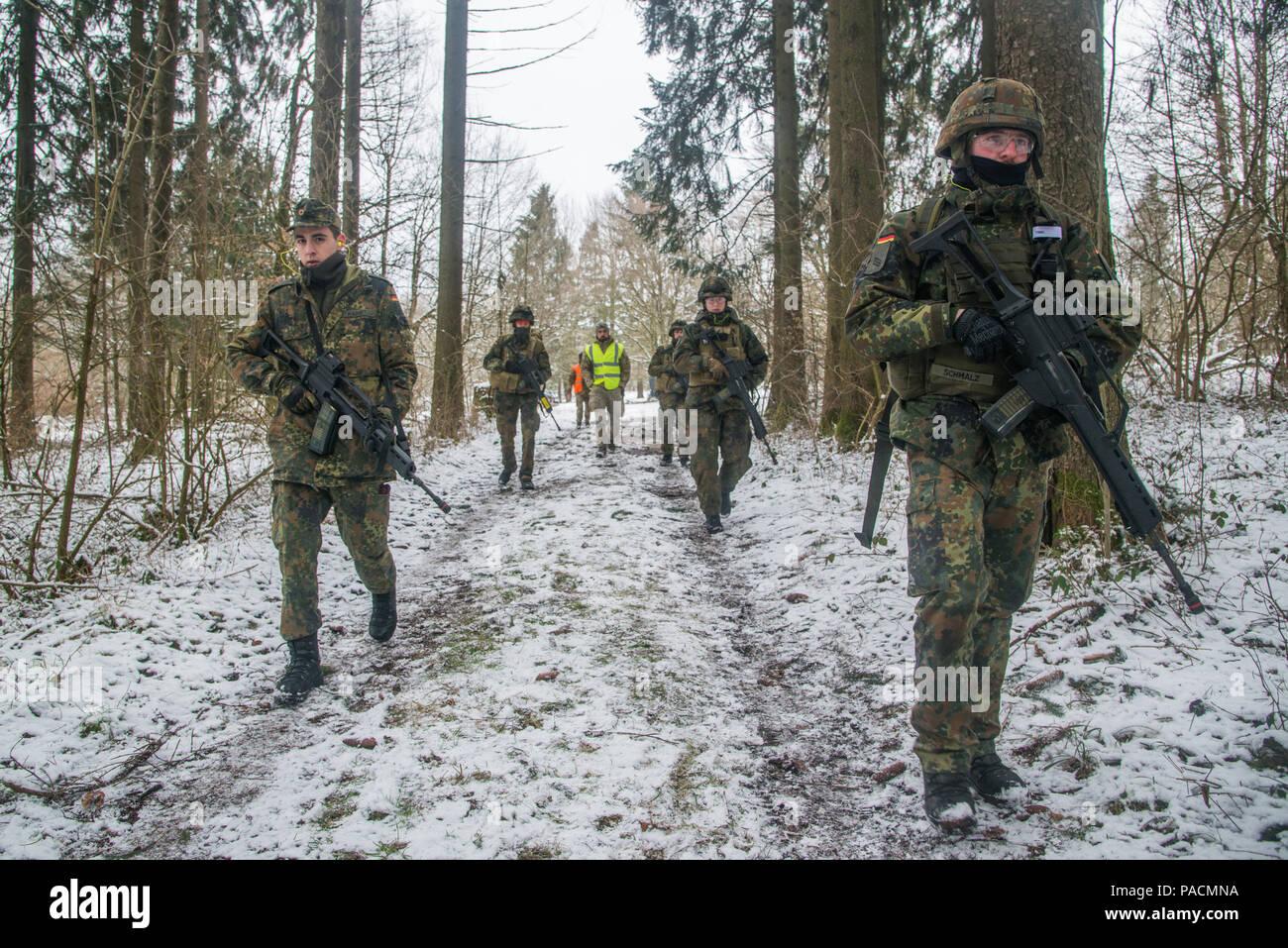 Medico tedesco i soldati si muovono verso il loro obiettivo mentre viene  osservato da istruttore  bf1c232fb5e1
