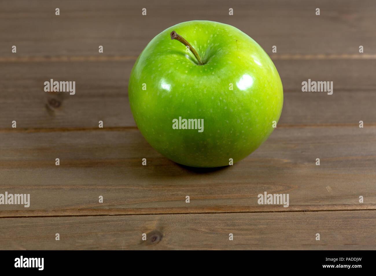 Unico saporita mela verde su un banco di cucina Foto ...