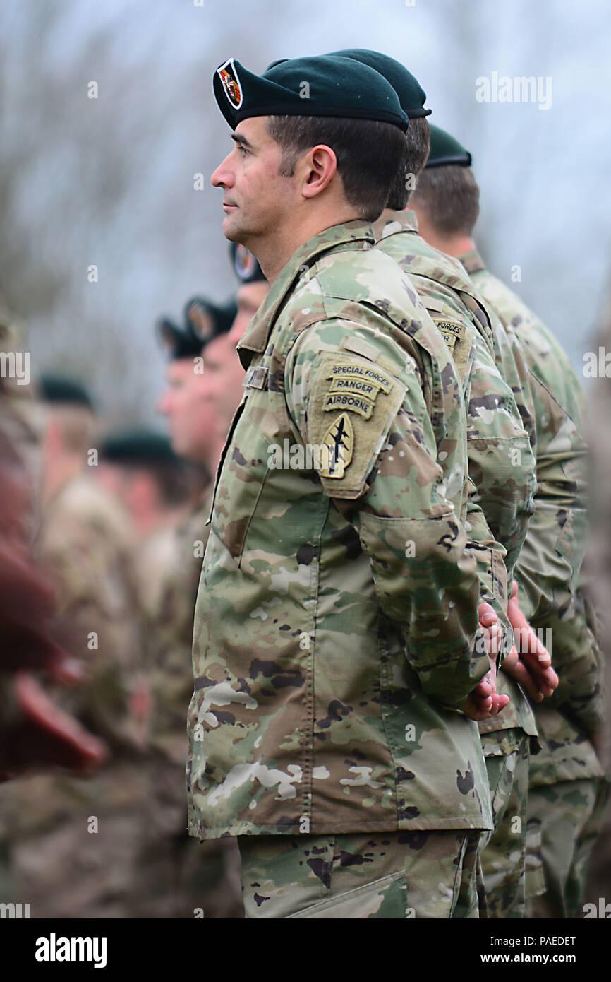 Berretti Verdi assegnato al quinto delle forze speciali Gruppo (Airborne)  stand indossa con fierezza 7026ae63124d