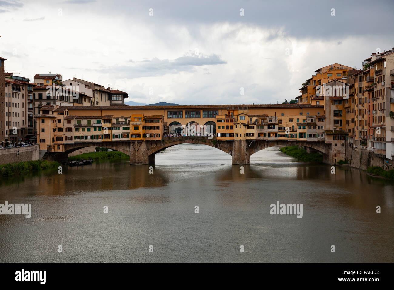 Il Ponte Vecchio una mattina, nella città di Firenze (Toscana - Italia). Esso è il più antico ponte (1345) della città. Foto Stock