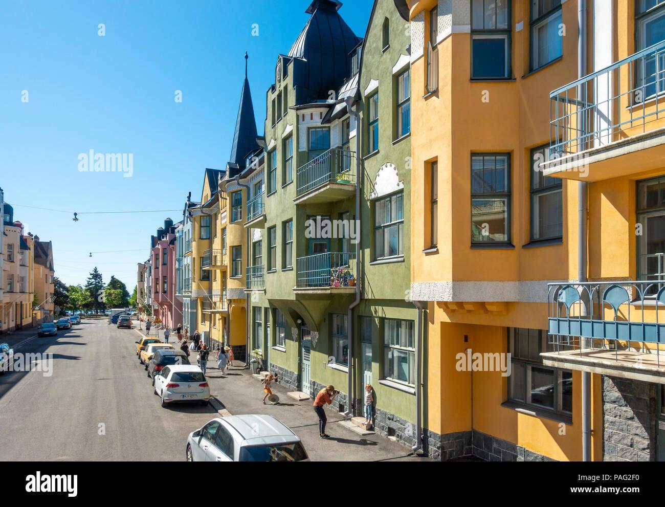 Helsinki case colorate in Huvilakatu Street, Helsinki Finlandia. Strada colorati con colori pastello e stile Liberty e Art Nouveau ville Foto Stock