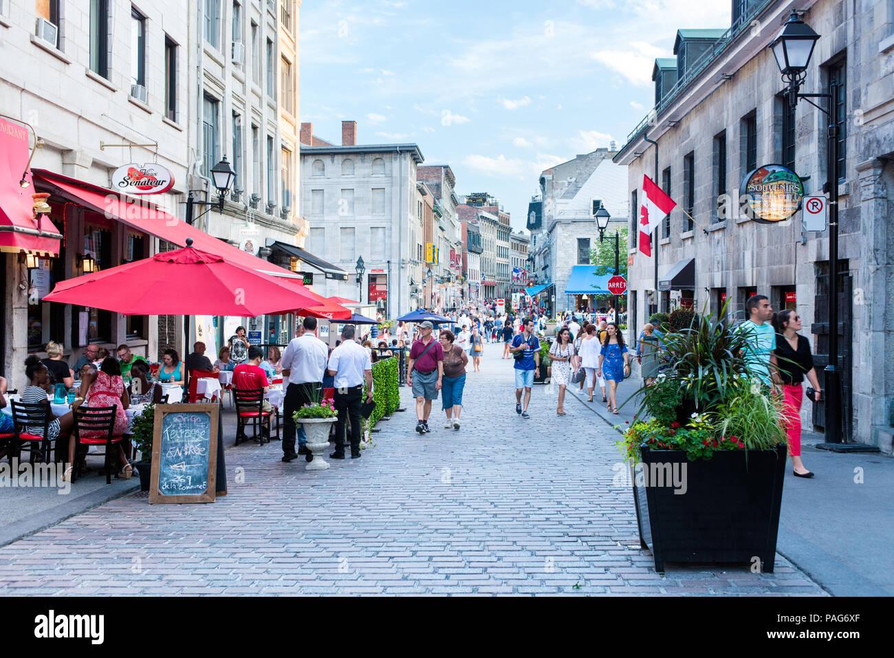 Una strada nella vecchia Montreal durante il giorno in estate Immagini Stock